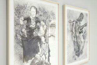Zdjęcie przedstawia fragment wystawy: dwa czarno-białe rysunki oprawione w jasne, drewniane ramy, na szarej ścianie. Na pierwszym rysunku dwie postaci kobiece. Pierwsza, Bonnie Parker, w sukni z lat 30. XX w., w berecie na spiętych włosach i papierosem w ustach, opiera się lewym łokciem o reflektor automobilu, w prawej dłoni, którą opiera na biodrze, trzyma rewolwer. U jej stóp, nieproporcjonalnie mniejsza, siedzi druga kobieta, artystka, Sonia Delaunay, w sukni w geometryczne wzory i gładko upiętymi włosami. W prawej dłoni zbliżonej do twarzy trzyma papieros. Tło sceny stanowią zarośla. Drugi rysunek przedstawia przenikające się rzeźby Rudolfa Bellinga, pt. Bokser i Triada - klasyczna sylwetka mężczyzny w dynamicznym skręcie prawego sierpowego otoczona trzema kubistycznymi formami. Obok rzeźby widać napisany ręcznie, nieczytelny tekst.